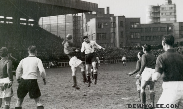 L'Equipe de Belgique en 1946, en train de frapper au but, contre le Luxembourg, le 23/02.