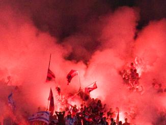Fans de football avec leurs fumigènes