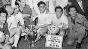 Les madrilènes posant avec leur 1er titre européen