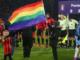 Un drapeau LGBT avant une rencontre de Premier League