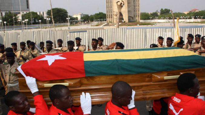 Le cercueil de l'entraîneur adjoint de l'équipe lors de ses funérailles - Crédits Reuters