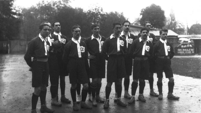La première équipe de France de l'histoire, avec son gardien Zacharie Baton troisième, un peu en retrait, en partant de la gauche