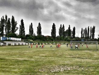 Un match de football, un footballeur en passage les photographie, en Pologne / Mariusz Kordek - demivolee.com