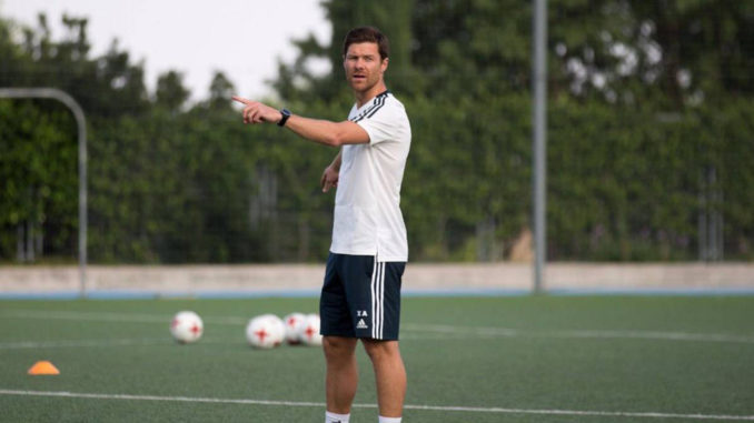 Xabi Alonso entraînant les U13 du Real Madrid (Crédits : ASTV via Real Madrid)