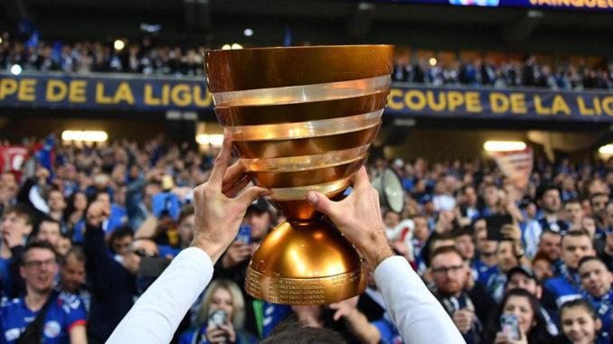 La Coupe de la Ligue présentée au peuple strasbourgeois, fraîchement vainqueur. (Crédits : Presse Sports/Pierre Lahalle)