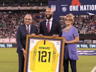 Tim Howard, sa mère Esther et le président de la fédération américaine de football. (Crédits : ISI Photos)