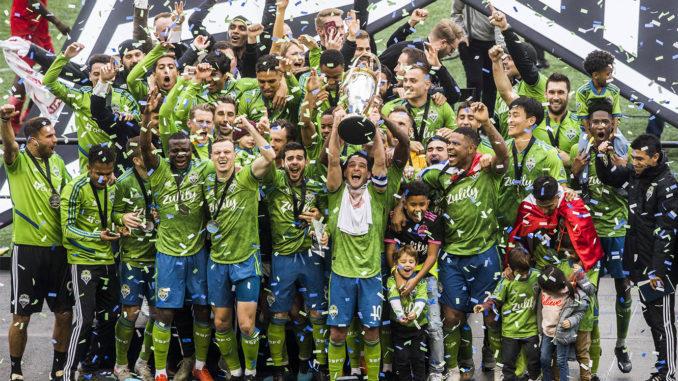 Les Seattle Sounders soulèvent leur deuxième titre de MLS Cup (Crédits : Olivia Vanni / The Herald)