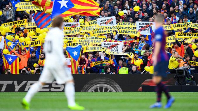 Drapeaux et banderoles catalans au Camp Nou (Crédits : gilabola.com)
