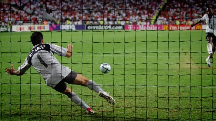 Ricardo, sans les gants, va arrêter ce penalty