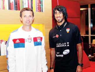 Hamdan Al-Kamali avec Rémi Garde, son entraîneur à l'OL en 2012.