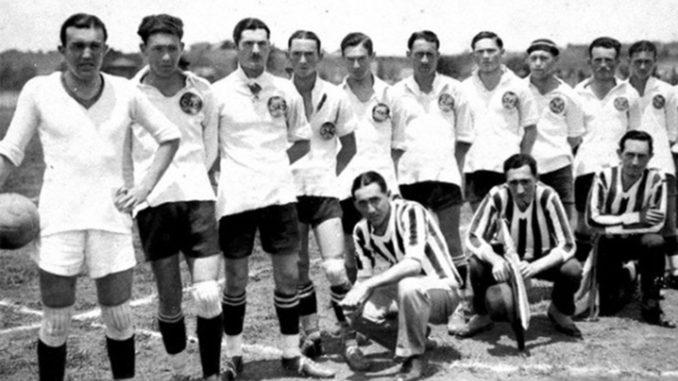 José Bermudes (debout le plus à droite) sous les couleurs de Coritiba.